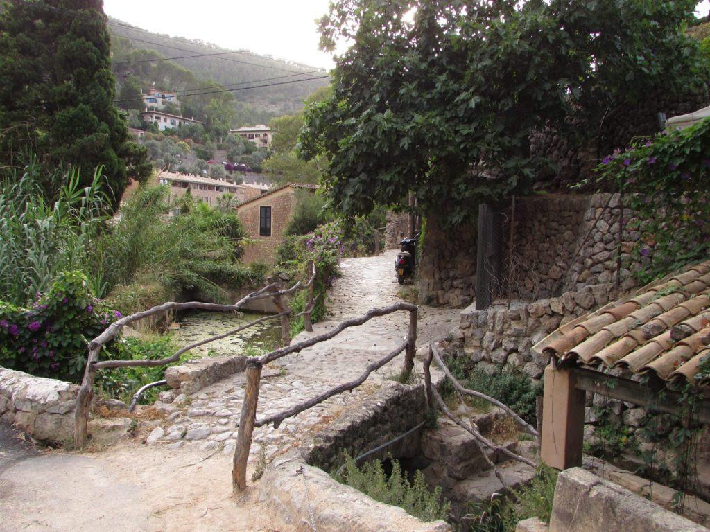 Puente entre el estanque y el lavadero - Deia