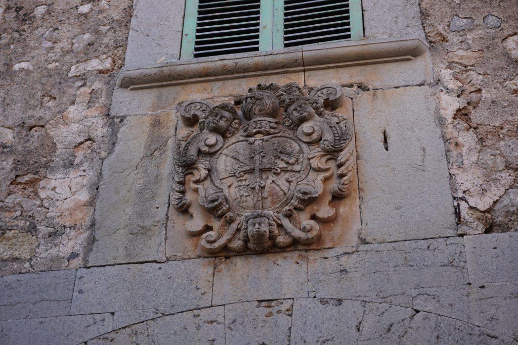 Escudo del barón de Pinopar en Biniaraix