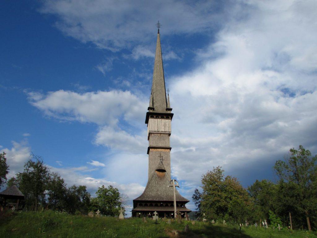 Es imprescindible alquilar vehículo para recorrer todas las iglesias de madera de los Maramures