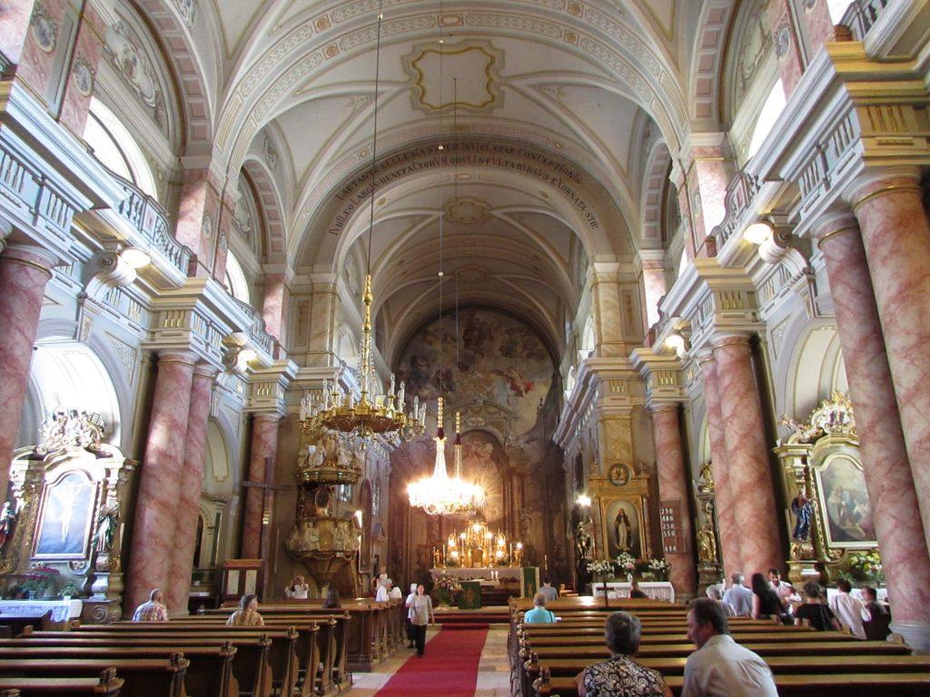 Interior de la iglesia catolica romana de Sibiu