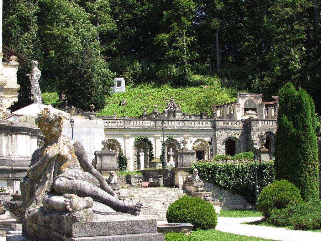 Estatuas en los jardines del castillo de Peles