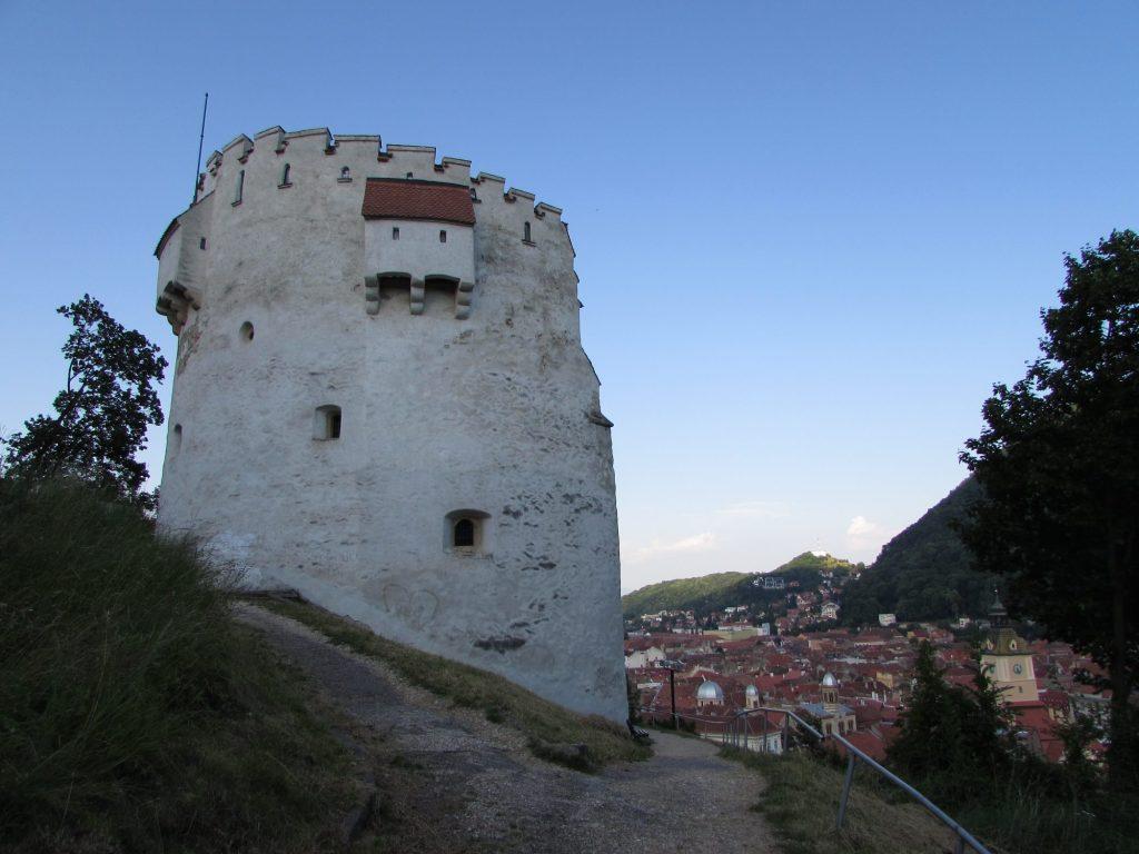 La torre blanca es uno de los lugares que ver en Brasov