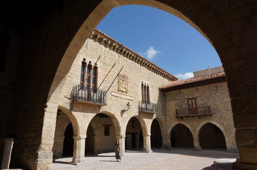 Plaza porticada de Cantavieja