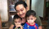 تايلاندي يرتدي فستاناً في عيد الأم من أجل طفليه بعد غياب زوجته