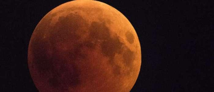 """العلماء يكشفون سبب ظهور """"وجه الإنسان على القمر"""""""
