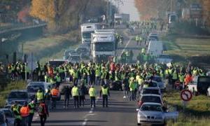 """وفاة متظاهرة مع بدء حركة """"السترات الصفراء"""" في احتجاجات فرنسا"""