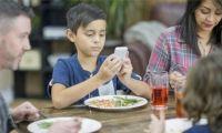 خطر أخذ الأطفال لهواتفهم الذكية لغرف نومهم ليلاً وخلال تناول الوجبات الغذائية