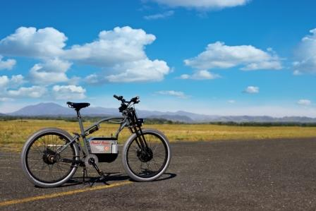 The full-suspension frame with the weight of the battery centrally located and mounted low,