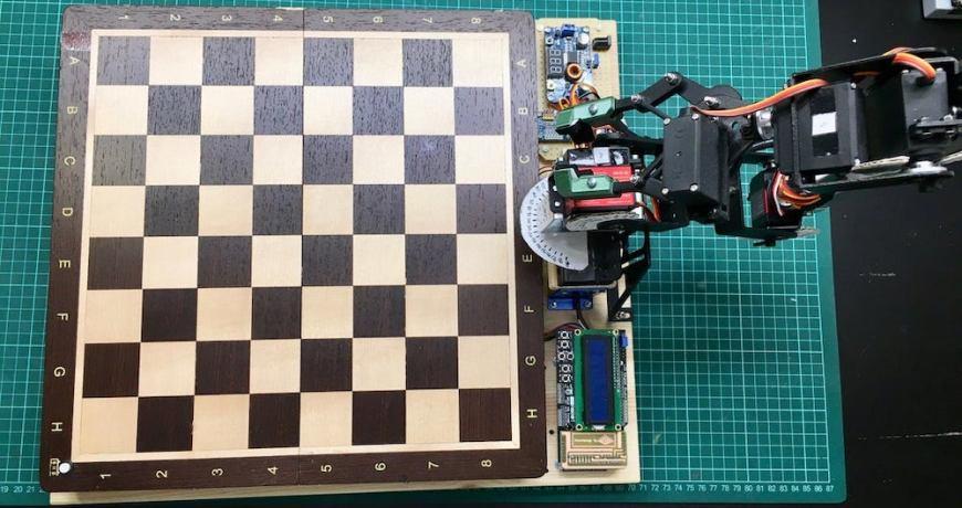 el brazo robotico controlado por arduino esta listo para jugar contigo en una partida de ajedrez 5f3734ca4e5e3 - Electrogeek