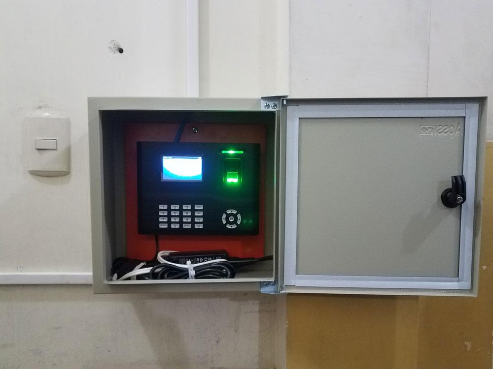 Instalación de reloj biométrico dentro de caja metálica con puerta