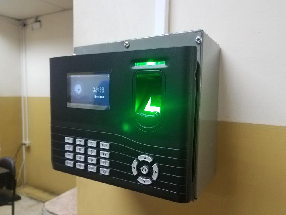 Instalación de reloj biométrico sobre caja metálica