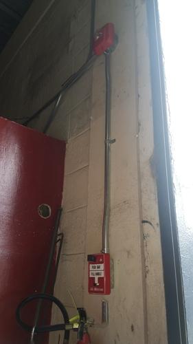 Instalación de luz estroboscópica con sirena y pulsador