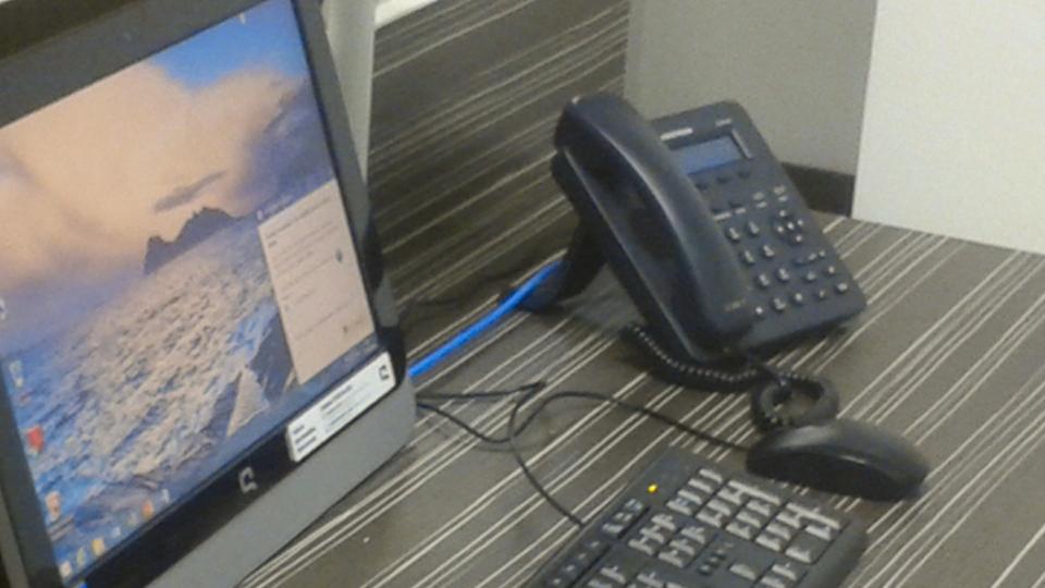 Teléfono IP en un escritorio de oficina