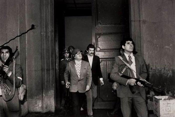 Ο Αλιέντε κι οι πέριξ αυτού, αποφασίζουν τελικά να πάρουν τα όπλα ενάντια στους ιμπεριαλιστές γκάγκστερς αλλά είναι πια πολύ αργά...