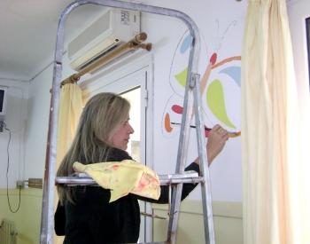 Εθελοντές ζωγραφίζουν τους τοίχους της Παιδιατρικής Κλινικής του Νοσοκομείου Κυπαρισσίας