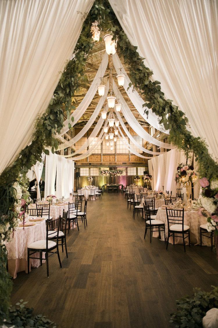 25 Sweet and Romantic Rustic Barn Wedding Decoration Ideas ...
