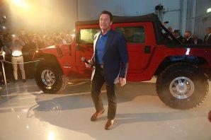 Arnold Schwarzenegger präsentiert seinen E-Hummer. Foto: Martin Hesz/Kreisel Electric