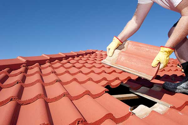 roofer in Orinda, CA replaces roof shingles