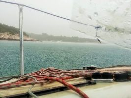 Pioggia in barca a vela: ripararsi da capo a piedi