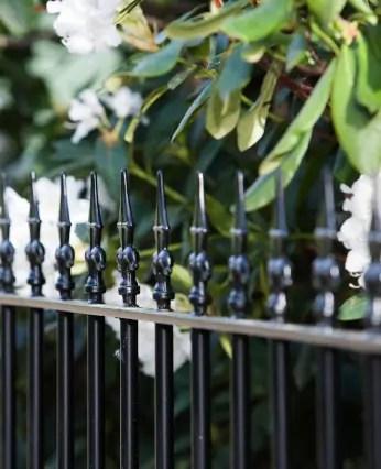 Zaunelement Ravenna in Sonderfarbe schwarz mit Spitze Kreuzlilie