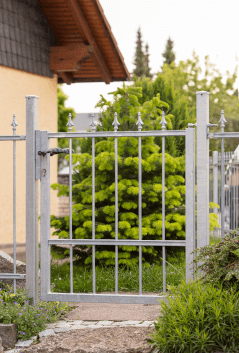 maßgefertigte Gartentür Ravenna in feuerverzinkter Ausführung mit Spitze Pinie