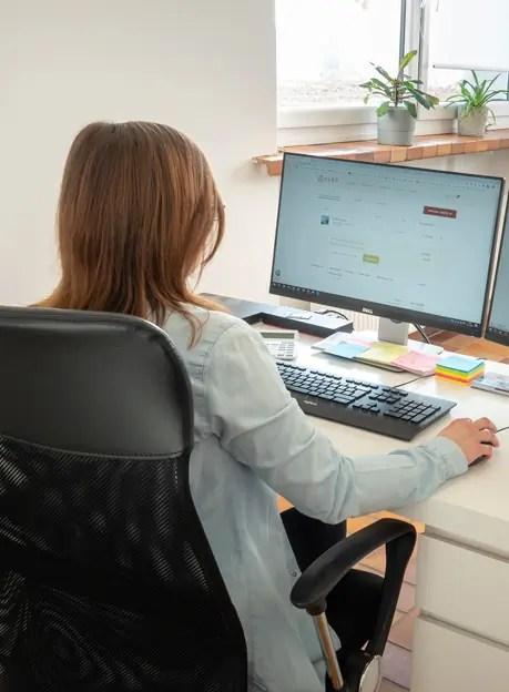 Mitarbeiterin arbeitet am Schreibtisch