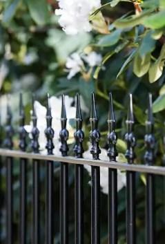 Schmuckzaun Ancona aus Metall in pulverbeschichteter Ausführung mit Spitze Kreuzlilie