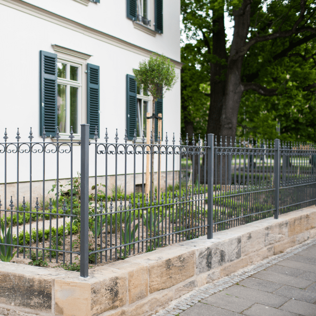 Metallzaun Lucca mit Spitze Kugellilie