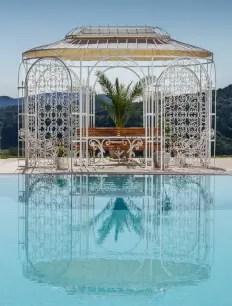 Pavillon Verona in weißer Farbe mit Swimming Pool im Vordergrund