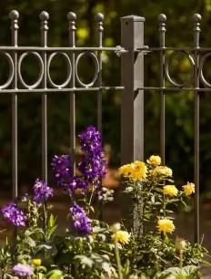 Eisenzaun Belluno in pulverbeschichteter Ausführung mit Blumen
