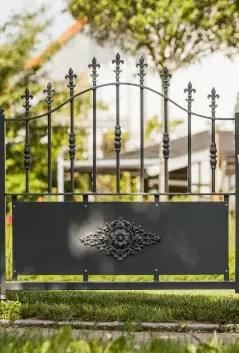 maßgefertigte Gartentür Aquila in pulverbeschichteter Ausführung mit Spitze Lilie
