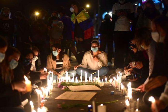 En la ciudad de Bogotá se realizó una velatón por las víctimas del paro nacional.