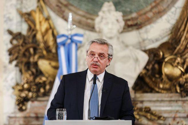 El escándalo por la vacunación VIP en Argentina ha despertado una tormenta política que ya le costó la cabeza al ministro de Salud.