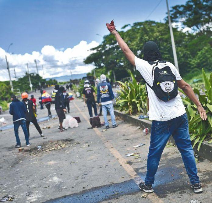 Los disturbios en Buga de este 13 de mayo dejaron nueve policías y seis manifestantes heridos.  / Jose Vargas - El Espectador