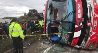 Un muerto y 14 heridos en  vuelco de bus en Inganilla