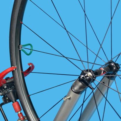 Come eseguire la centratura laterale di una ruota quale raggio tendere