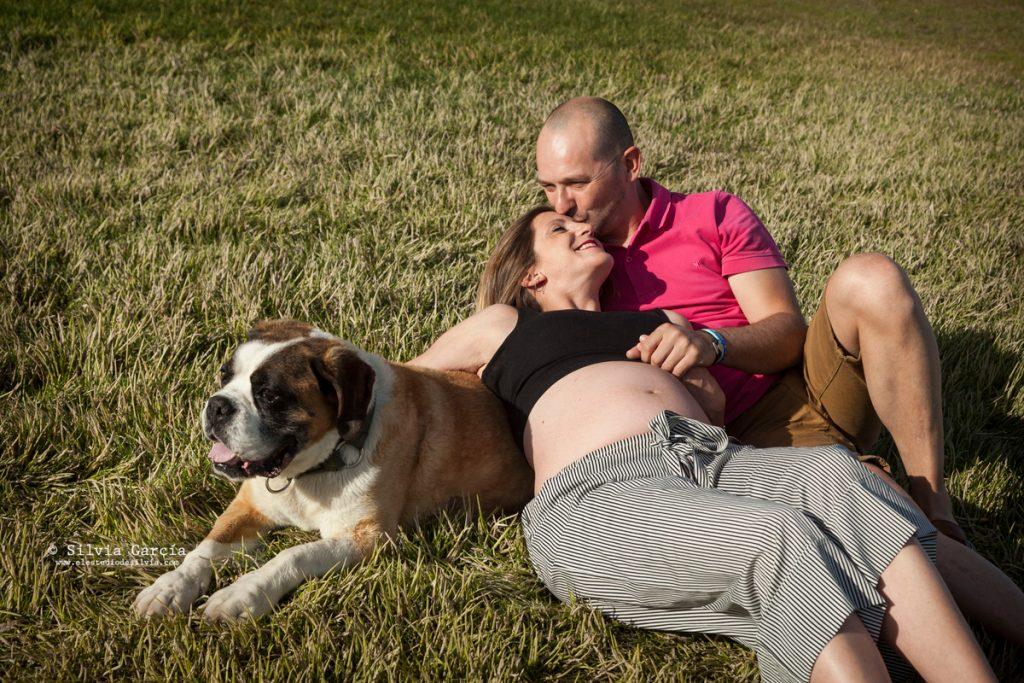 fotos de embarazada en el campo, fotografía de embarazo Madrid, fotógrafa de embarazadas, fotógrafo familiar Madrid, fotos de familia, fotos de embarazo Moralzarzal, fotografía familiar Moralzarzal, sesiones de fotos en el campo