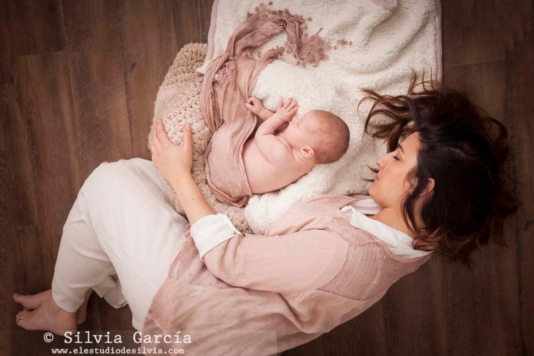 fotos de recién nacido, fotografía de recién nacido, fotografo recien nacidos, fotografía infantil, fotos de bebes, newborn photography Madrid, fotos de familia naturales, fotografía familiar Madrid, recién nacidos y mascotas, fotos con mamá