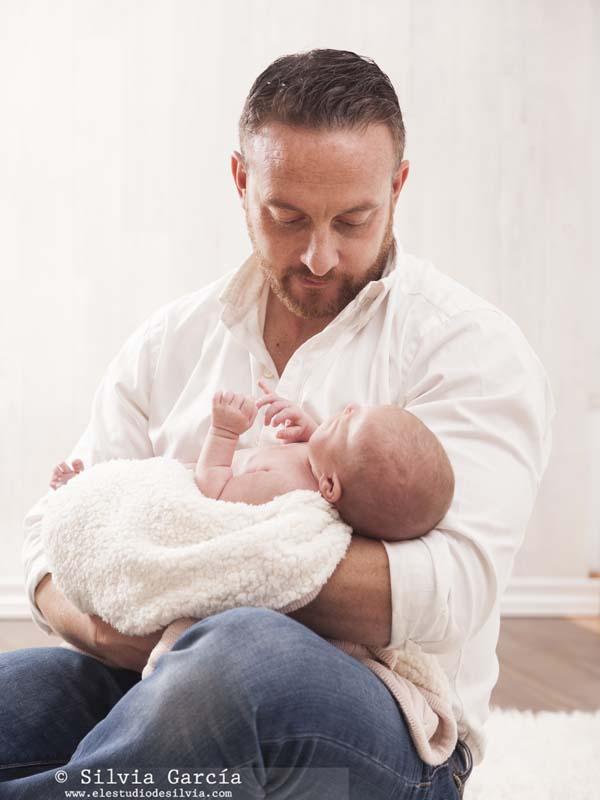 fotos de recién nacido, fotografía de recién nacido, fotografo recien nacidos, fotografía infantil, fotos de bebes, newborn photography Madrid, fotos de familia naturales, fotografía familiar Madrid, fotos con papa,