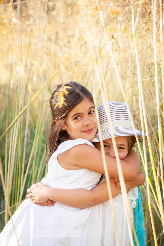 sesiones de verano en el campo, fotos de familia naturales, fotografía infantil Madrid, Sierra de Guadarrama, fotos en el campo