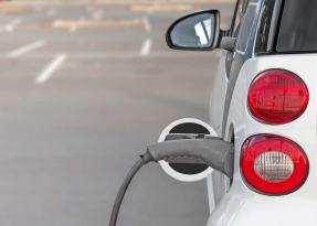 La ricarica dei veicoli elettrici: dalla rete al ricaricatore interno