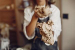 Podemos tocar, acariciar, romper, golpear... el poder de transformción de la arcilla nos permite trabajar con las emociones más primitivas en arteterapia.