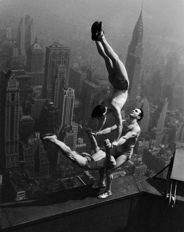 13. Acróbatas haciendo equilibrios en la cima del Empire State Building, 1934