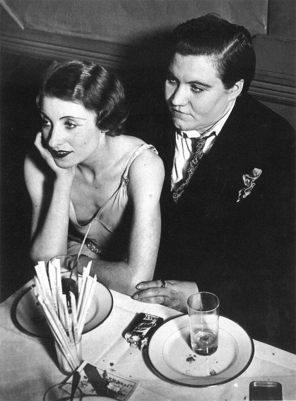 17. Pareja lesbiana en Le Monocle, París, 1932