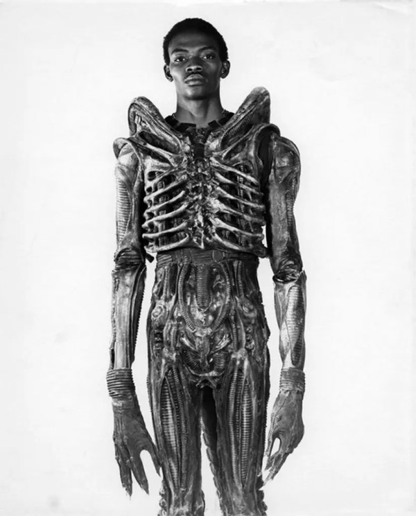 19. Bolaji Badejo, de 2,13 metros, estudiante nigeriano de diseño, llevando su disfraz para actuar en la película Alien de 1978