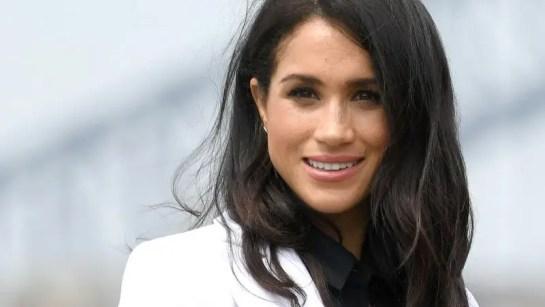 la duquesa de Sussex llamó la atención por volver a romper el estricto protocolo real de vestuario.
