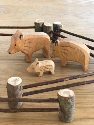 Heute heißt es Spielzeug selberbauen! Holzzaun für Kinder sind nicht nur schnell gebaut sondern auch ein herliches DIY das zusammen mit den Kindern umgesetzt werden kann! Baut euch doch einfach alles für den Kinderbauernhof selber , Anleitungen dazu findet ihr auf www.elefenkindberlin.de