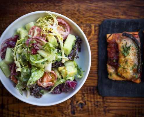 Mixed leaf salad and coca bread
