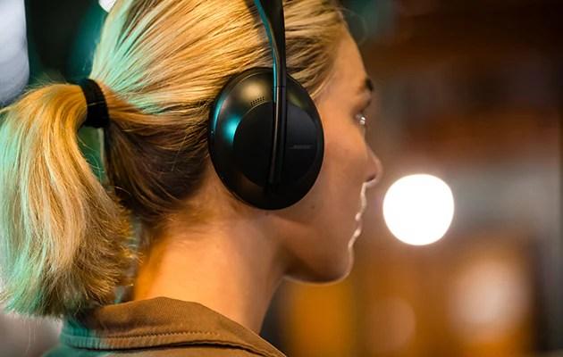 Kvinna i profil med svarta Bose Noise Cancelling Headphones 700