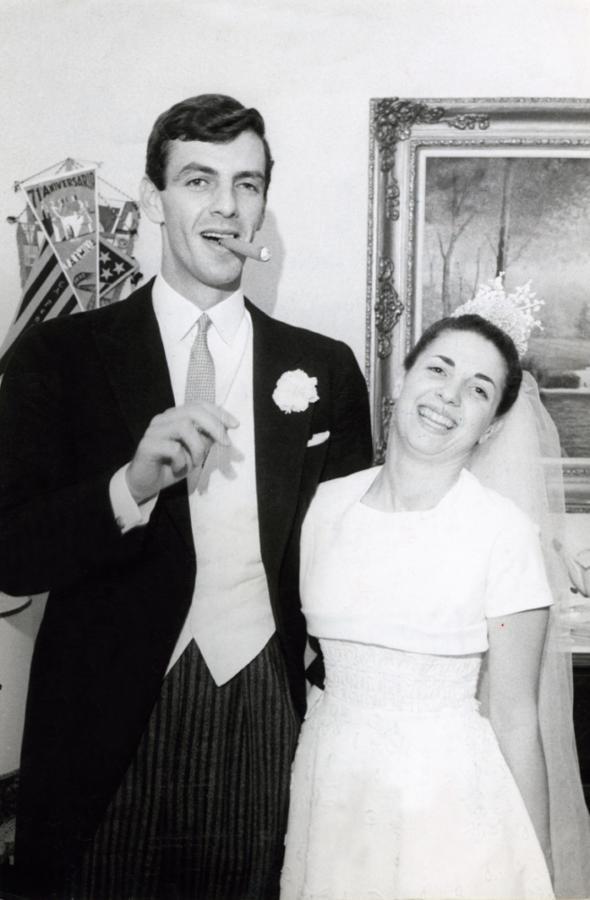 INSTANTANEA de su casamiento: a falta de cigarrillos, bueno es un habano.